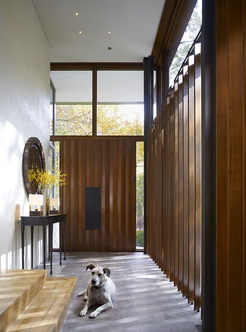 Наружная полуторная дверь с объемными, продольными декоративными элементами