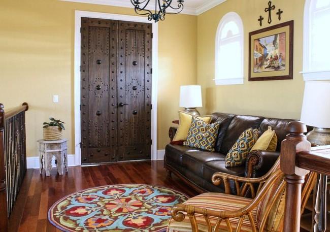 Входная деревянная дверь, украшенная полусферами разного размера