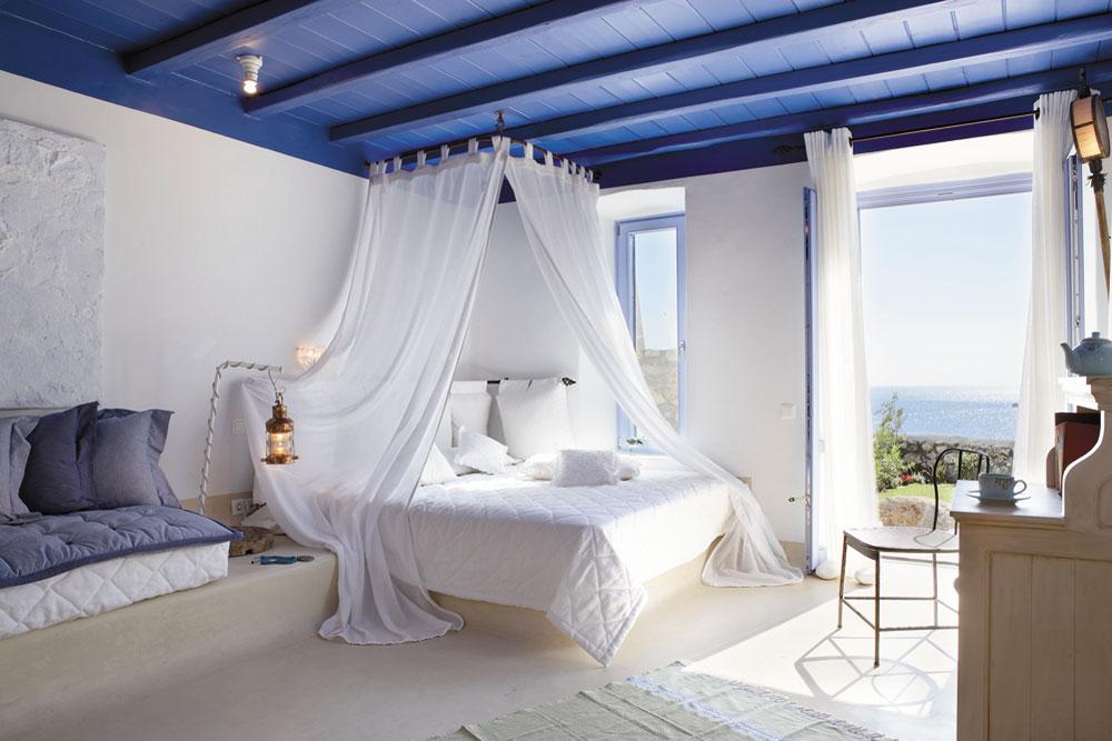 Кровать с балдахином является одной из визитных карточек греческого стиля