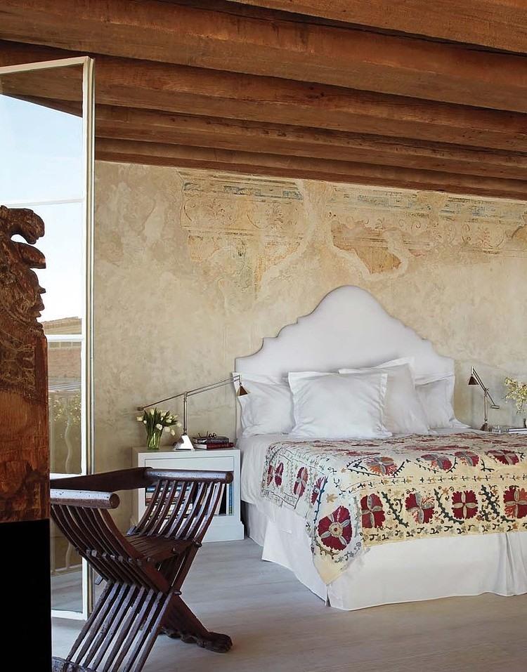 Отделка стен присуща греческому стилю - состаренная штукатурка