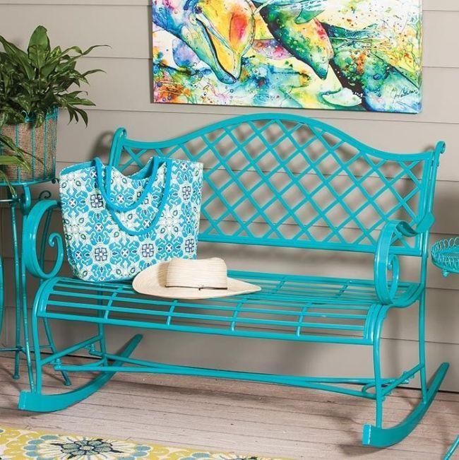 Кованая скамья-качалка выкрашена в яркий бирюзовый цвет
