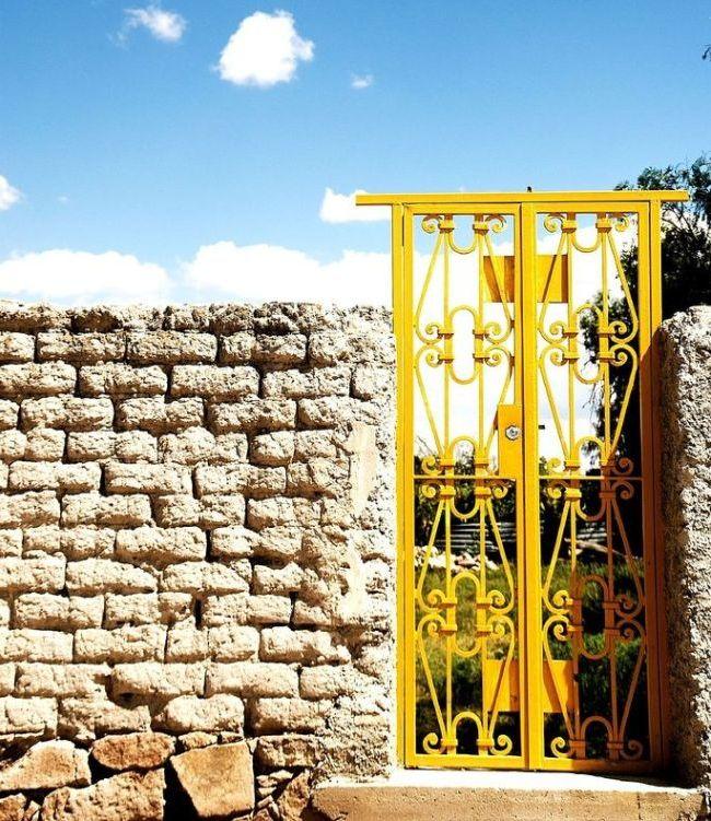 Ярко-желтые кованые ворота