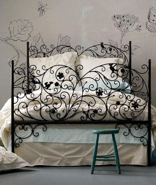 Вычурная и помпезная кованая кровать