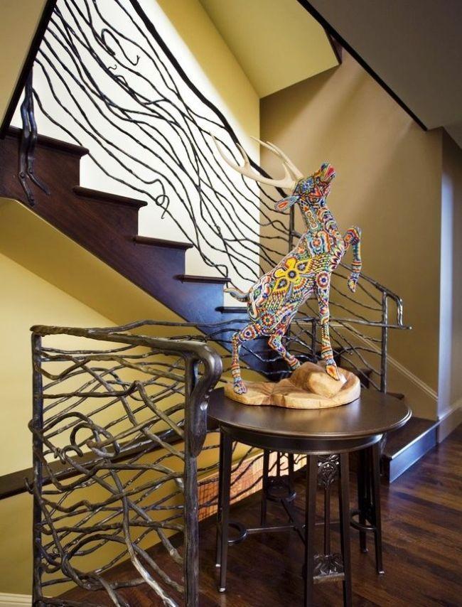 Кованые лестничные перила выполнены в стиле модерн