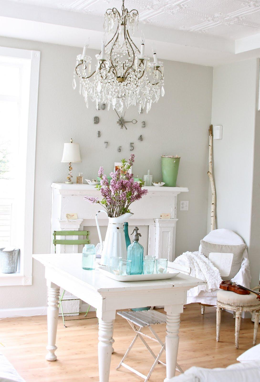 Интерьер в стиле прованс не будет завершенным, если его не будет украшать кованная люстра с хрустальным декором