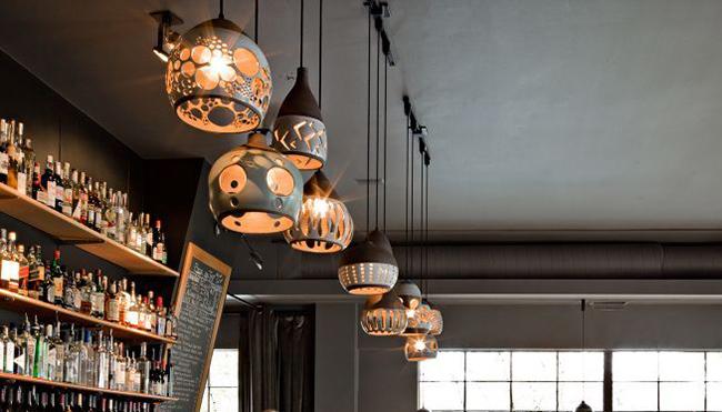 Уникальный дизайн каждого светильника впечатлит любого посетителя этого кафе