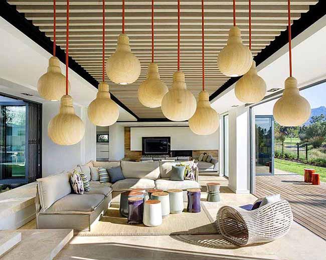 Деревянные светильники полностью повторяют форму лампочки