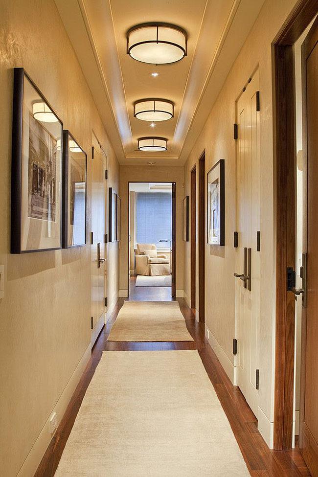 Настенно-потолочные светильники очень удобны для освещения коридора