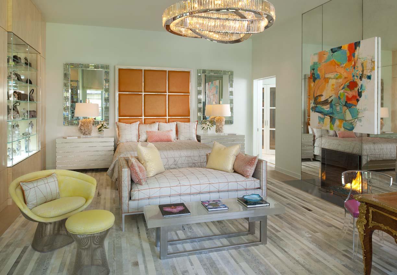 Для квартир с невысокими потолками тоже можно подобрать хрустальную люстру, например, в виде колец, соединенных между собой