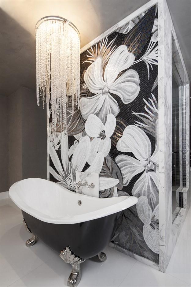 Хрусталь не боится влаги, поэтому для ванной комнаты в стиле арт-деко - это лучший вариант