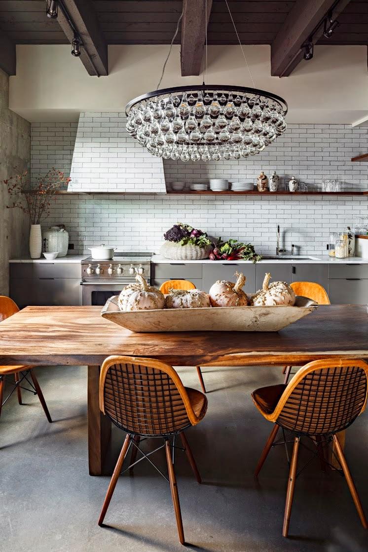 Подвесная люстра, состоящая с небольших хрустальных шаров, хорошо дополнит интерьер столовой
