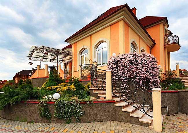 Клематис Горный розовый, стремительно покоряет высокие ограды у дома