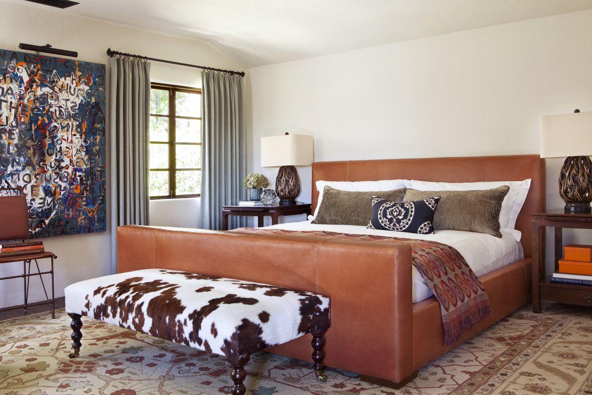 Изысканная кожаная кровать в спальне