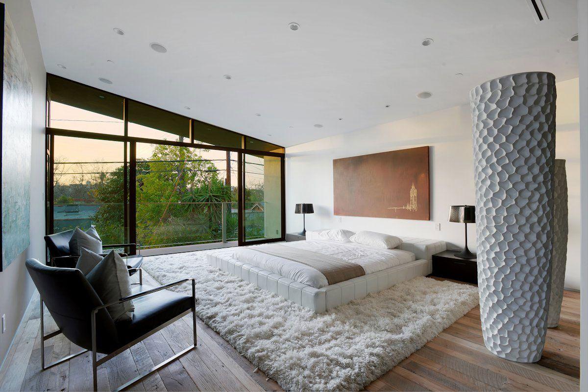 Изящная белая кожаная кровать