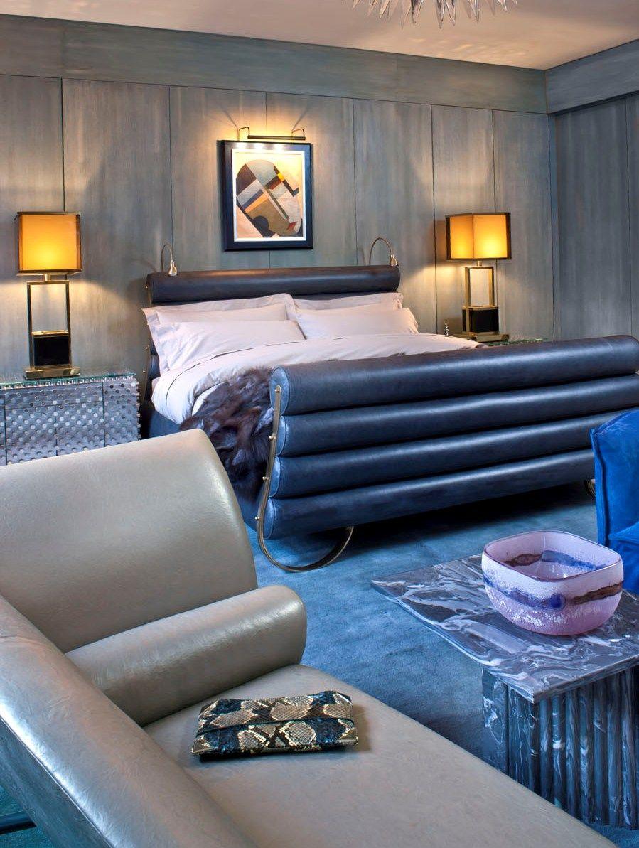 Кожаная кровать в ярком синем цвете