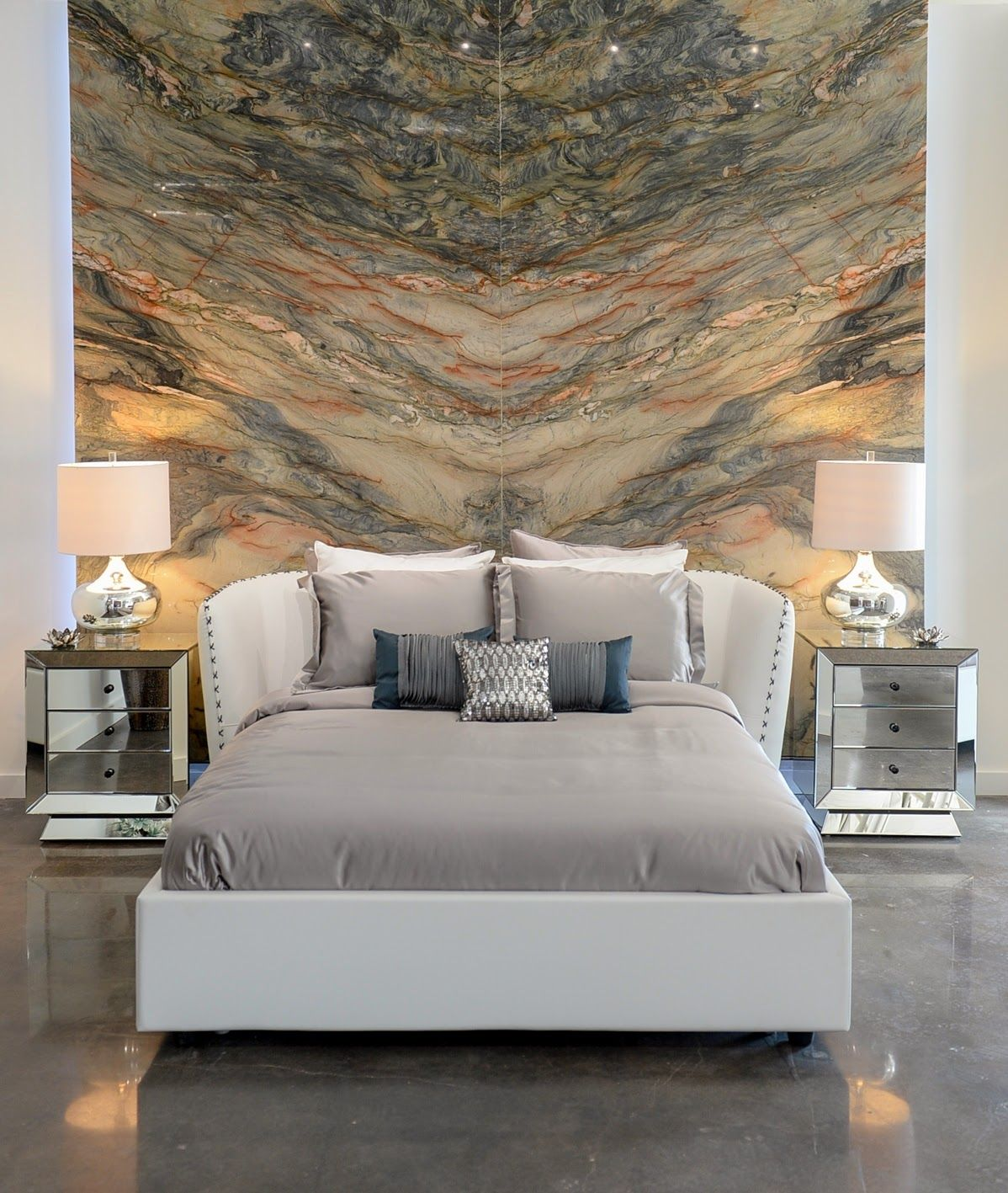 Кожаная кровать отлично впишется в современный интерьер