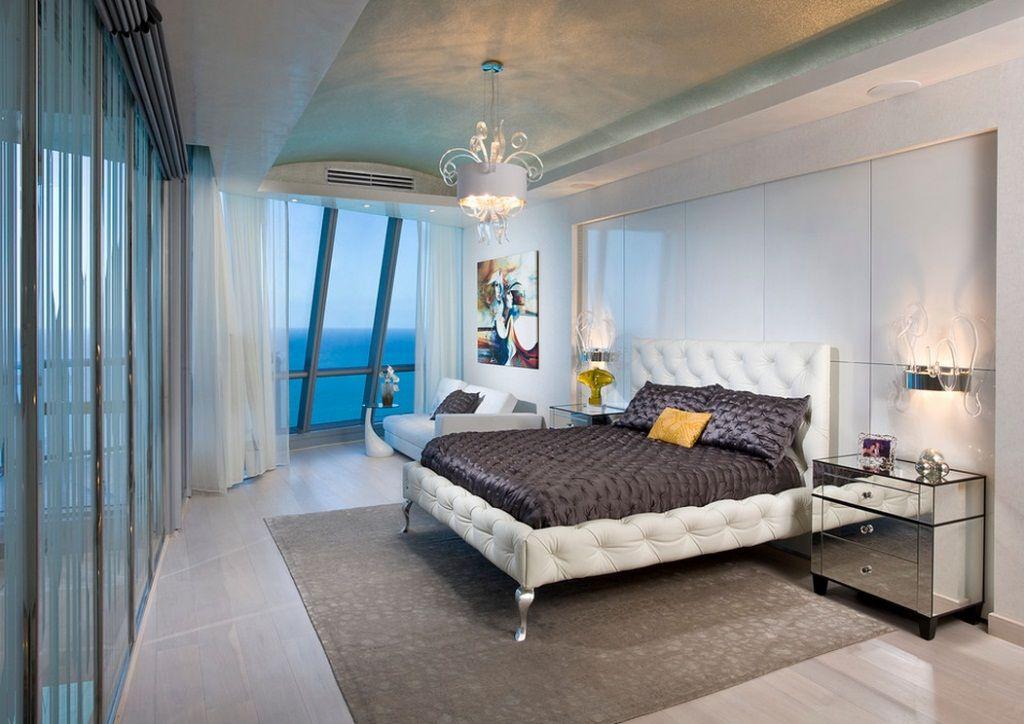 Белая кожаная кровать в оригинальном дизайне