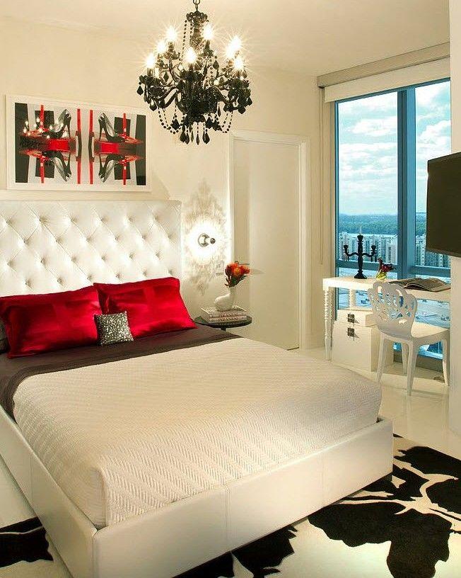 Кровать из белой кожи в спальне