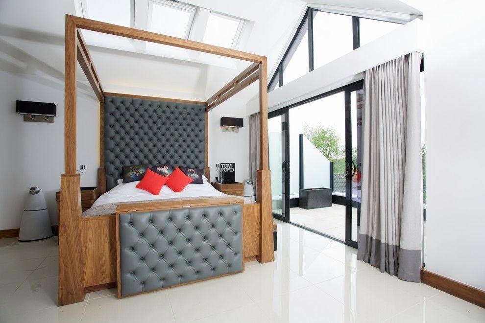 Кровать со вставками из серой кожи