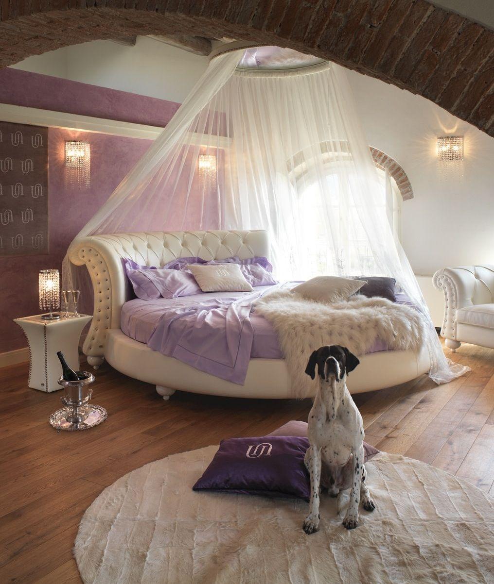 Круглая кровать из белой кожи