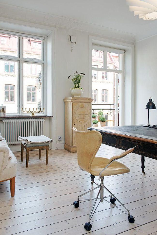 Кресло с подлокотниками из бежевой кожи