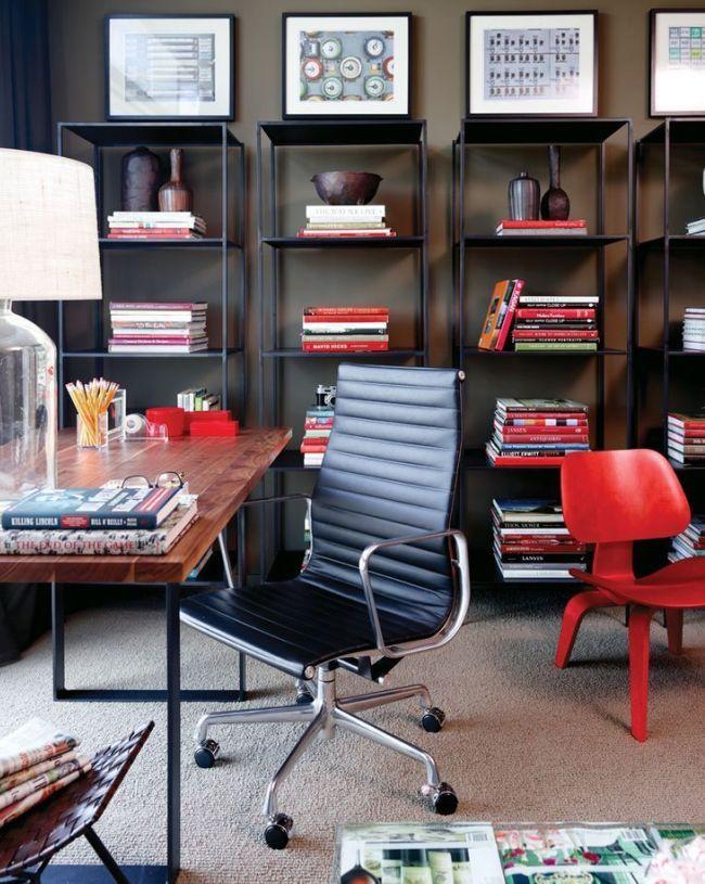 Черное кожаное кресло с контрастными хромированными подлокотниками и основанием