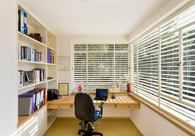 Лоджия станет отличным местом для рабочего пространства и естественное освещение этому хорошо способствует