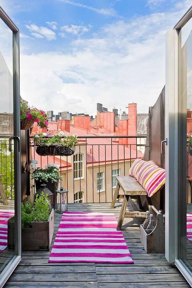 Балкон может служить местом для отдыха и релаксации, если в него поставит скамейку с яркими и мягкими подушками