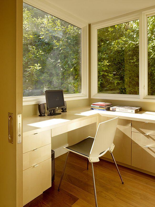 Имея даже небольшой балкон или лоджию, можно создать великолепный рабочий уголок для школьников