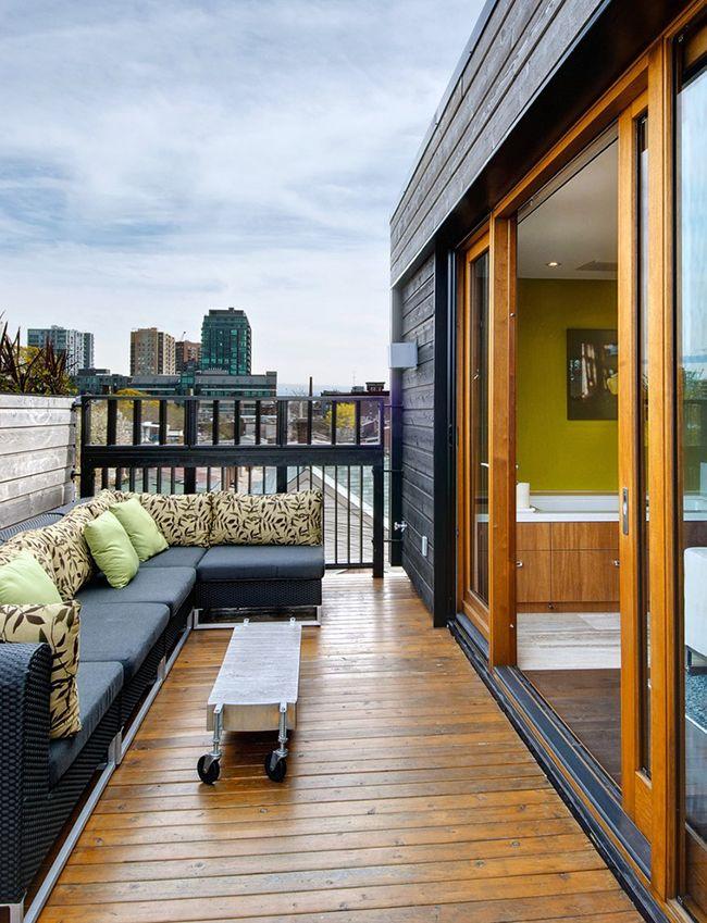 Удобная мягкая мебель на балконе с оригинальным столиком на колесиках позволят приятно провести время с друзьями или близкими