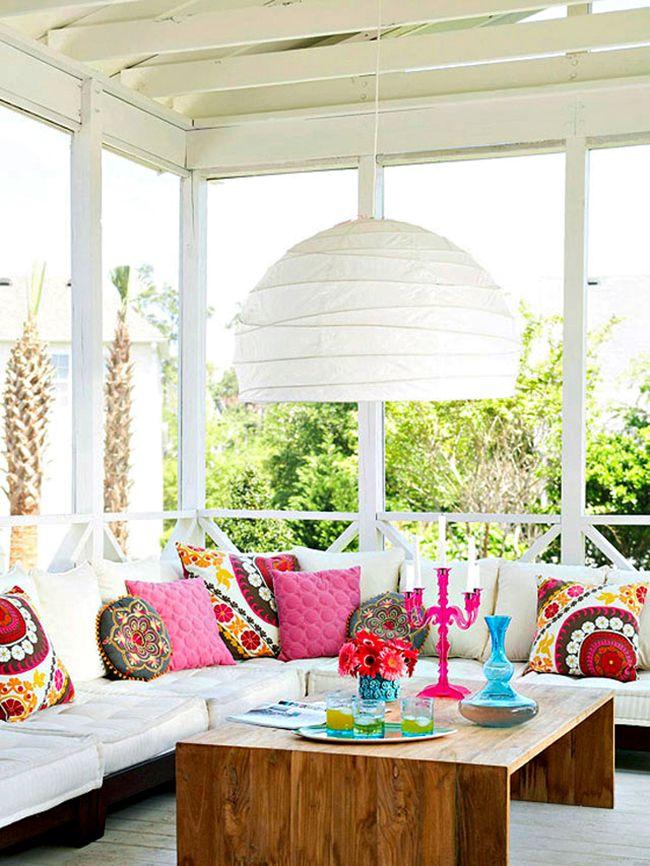 Матрасы белого цвета, уложенные на деревянную основу сверху, прекрасно выполняют роль сидений и спинок дивана