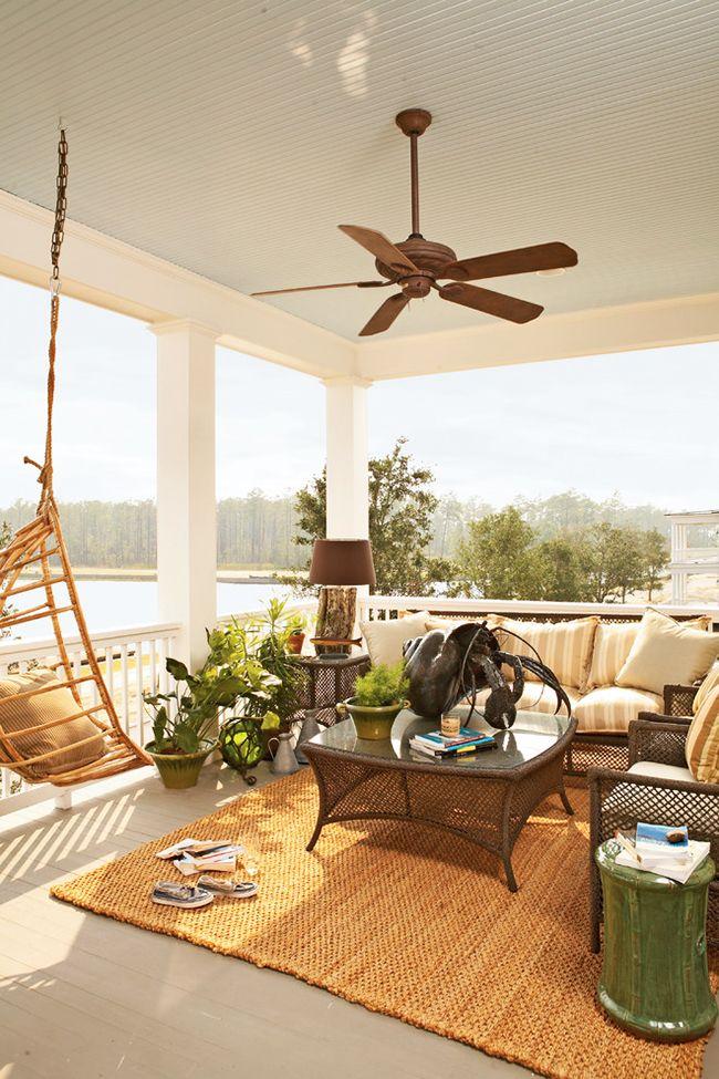 Садовая мебель, аксессуары, светильники, привлекательные горшки с растениями и цветами помогут добавить шарма и стиля в дизайн лоджии
