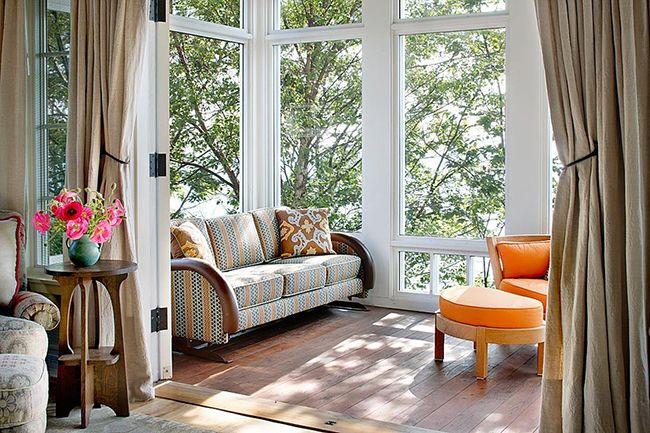Современный интерьер оформления балкона совмещает в себе гостеприимность и теплоту пространства