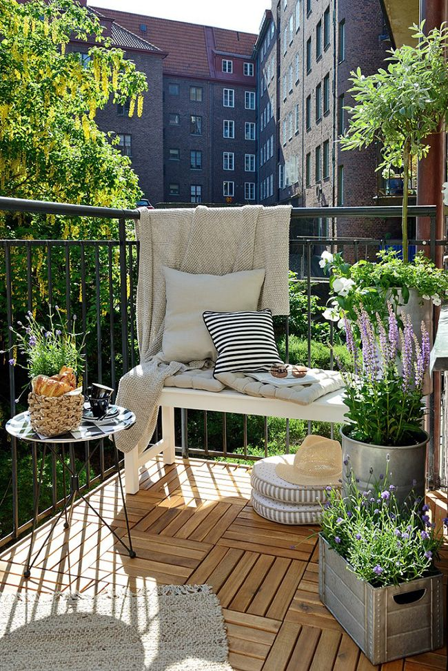 На такой скамейке будет удобно посидеть днем выпить чашку кофе или почитать интересную книгу