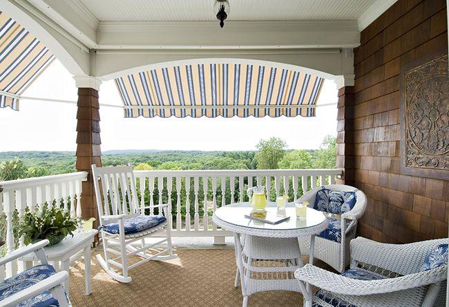Сегодня мебель из искусственного ротанга на балконе свидетельствует о достатке и хорошем вкусе его хозяина