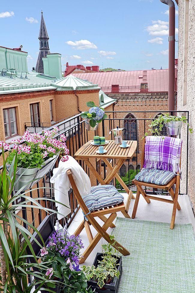 Если на балконе потребуется больше места, то сложенную мебель можно компактно разместить у стены
