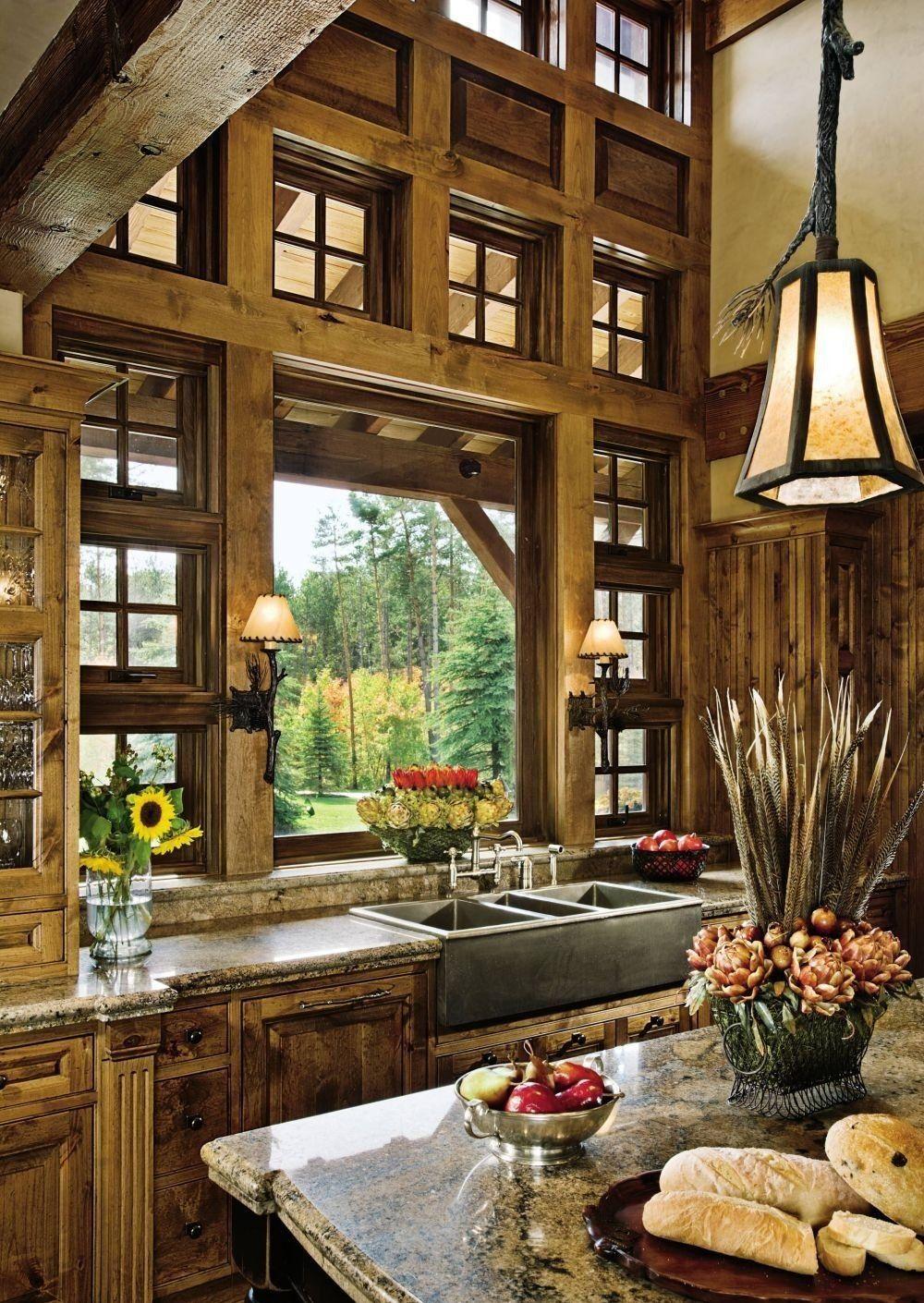 Деревянные окна различных размеров на кухне