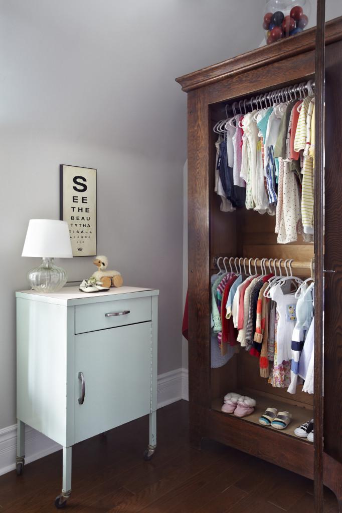 Разместив штанги в два уровня, вы сможете повысить своего шкафа