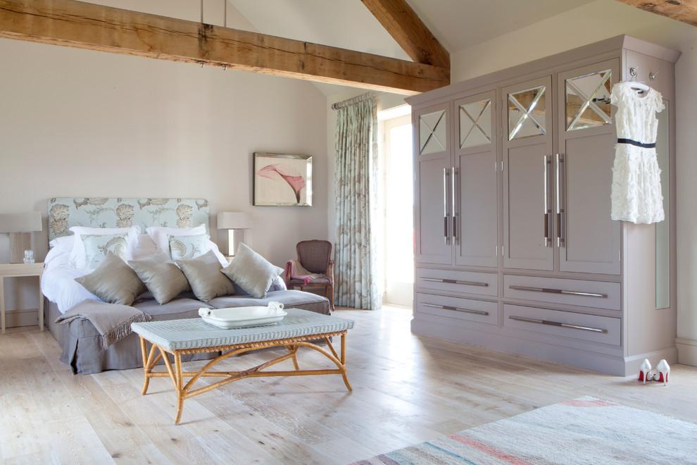 Платяные шкафы относятся к классу корпусной мебели, то есть имеют корпус (боковые и заднюю стенки, а также верхнюю крышку и днище), к которому крепятся дверцы