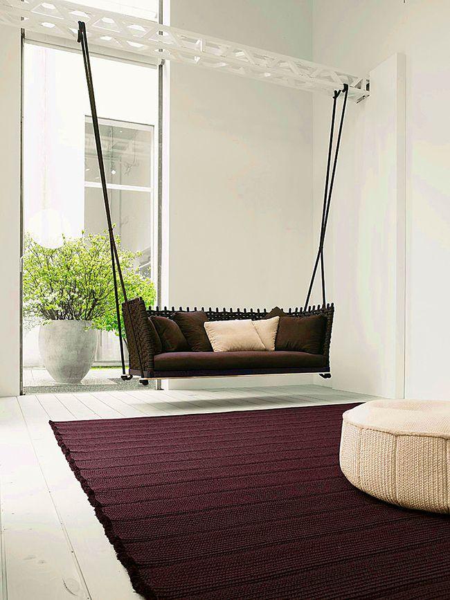 На подвесном диване можно комфортно и уютно провести время