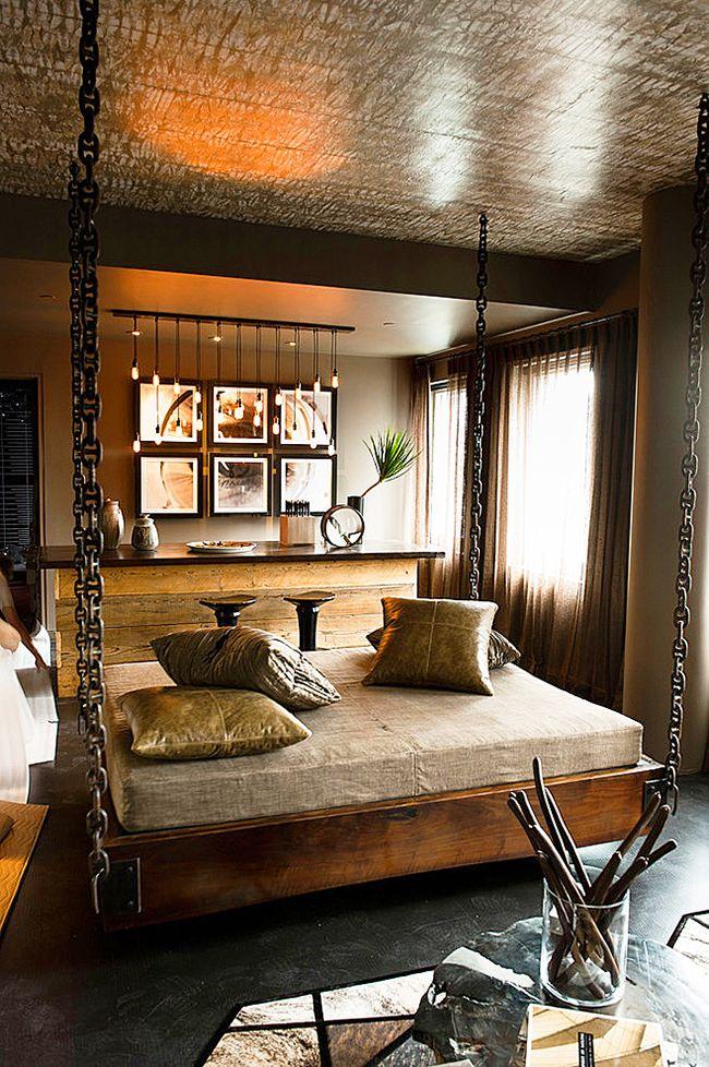 При помощи широкой цепи подвесной кровати можно подчеркнуть основную идею интерьера