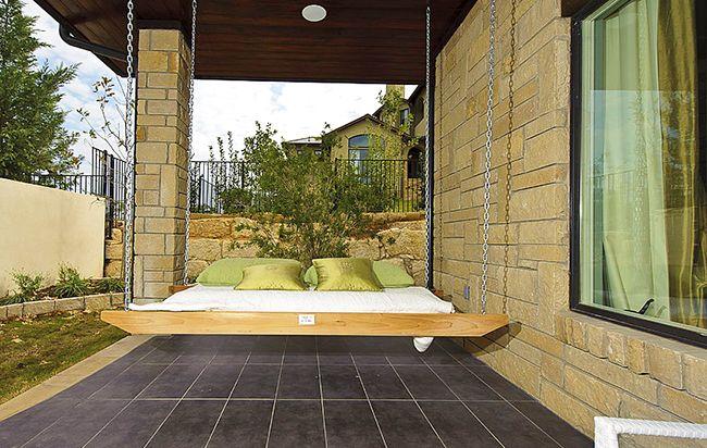 Подвесная кровать в восточном стиле под навесом, позволит насладиться летним сном на свежем воздухе