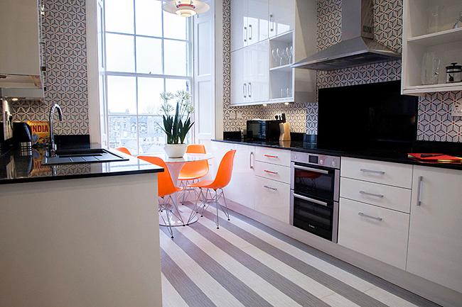 Ламинат для кухни должен смотреться не только эстетически привлекательно, но и отвечать за влагостойкость и устойчивость к повреждениям