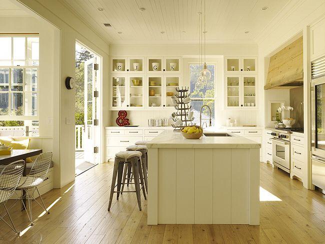 Сейчас модно делать деревянные полы на кухне, так как они смотрятся гармонично с отделкой и мебелью в любом стиле