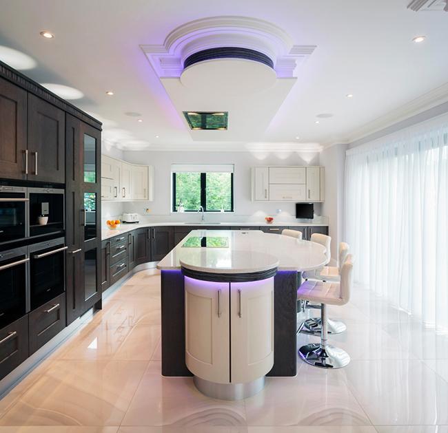 Мраморная плитка смотрится блестяще в интерьере кухни в стиле модерн