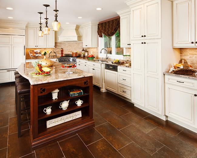 Популярным приемом в последнее время стало использование искусственно состаренного покрытия плитки