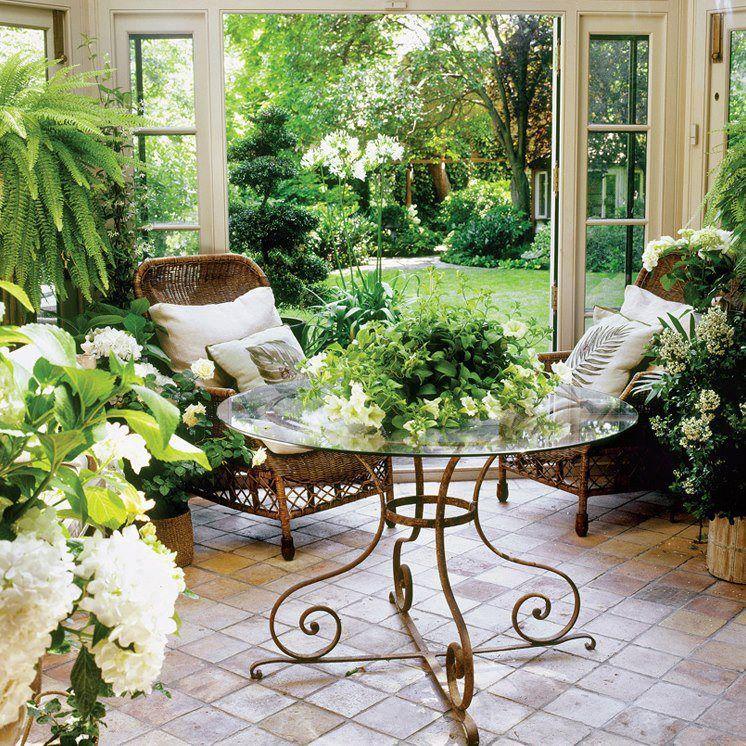 Небольшой зимний сад с кофейным столиком у уютными креслами