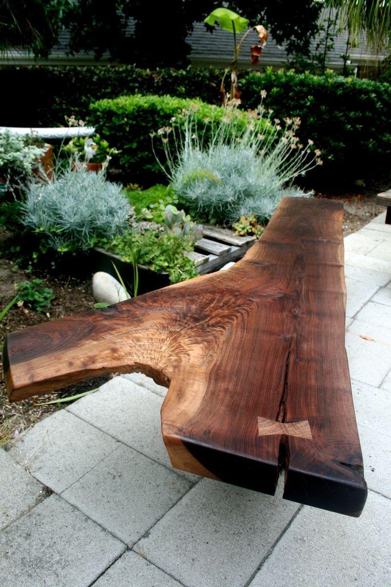 Скамейка из доски, вскрытой лаком