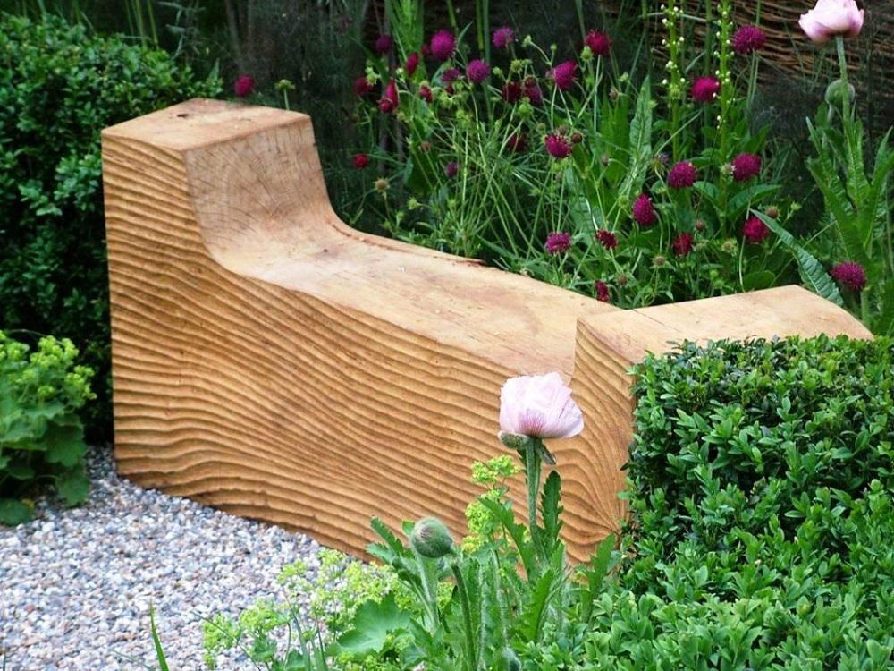 Деревянная лавка из цельного бруса с подлокотниками