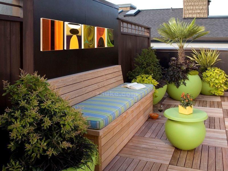 Деревянная скамейка с мягкими сидушками